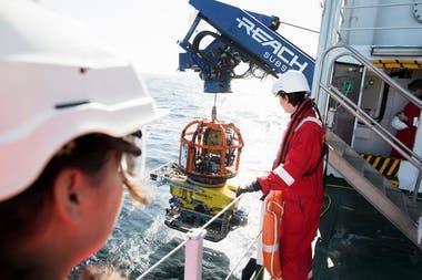 La embarcación naufragada en el Báltico fue explorada por robots submarinos, uno de los cuales fue lanzado de este barco, el Stril Explorer.