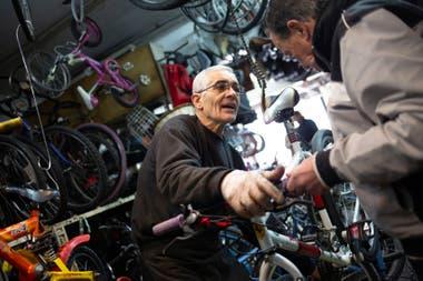 Gabriel Busato, dueño de una bicicletería
