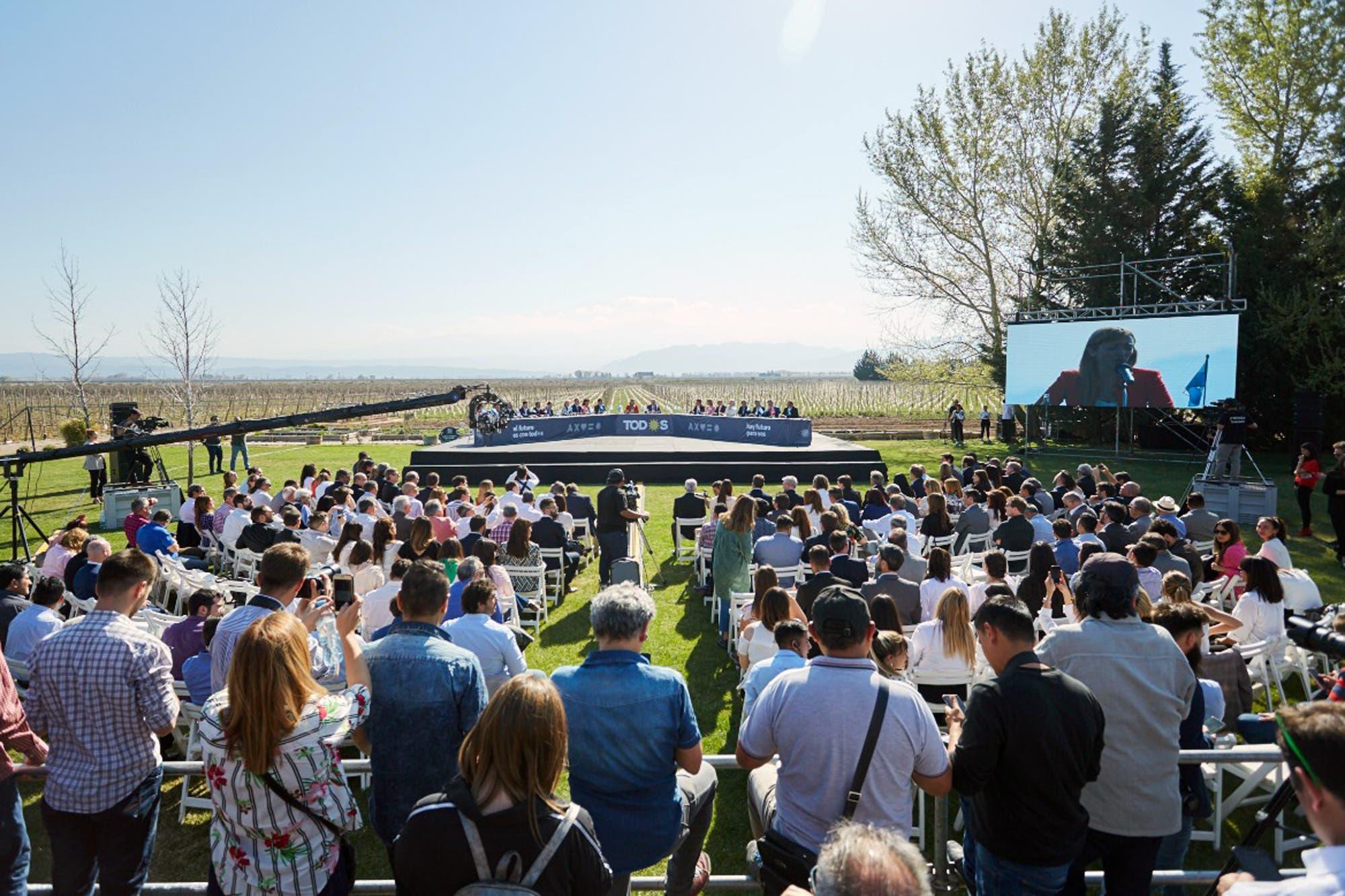 """En Mendoza, junto a gobernadores peronistas, Alberto Fernández prometió """"crear una capital alterna en cada provincia"""""""