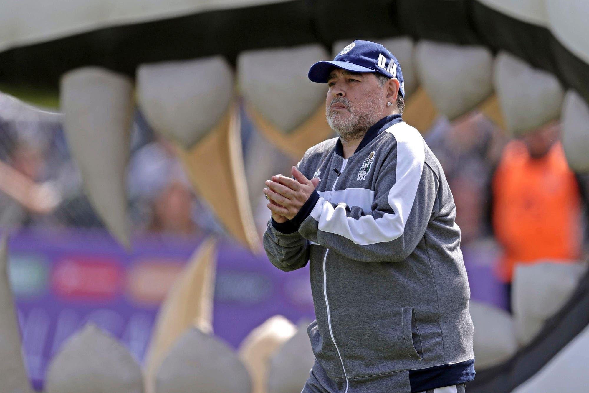 Es oficial: Diego Maradona se fue de Gimnasia, tras un ciclo de ocho partidos, tres triunfos, bailes y hasta un trono