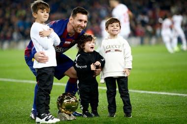 Messi, sus hijos y su sexto Balón de Oro