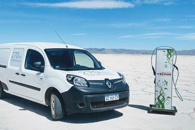 El utilitario Renault Kangoo Z.E. y uno de los cargadores móviles dispuestos para la recarga
