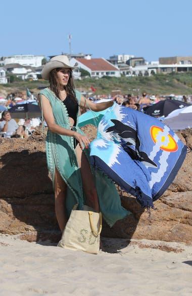 La actriz trans de Pequeña Victoria -la novela de Telefe que protagonizó el año pasado-aprovechó el sol y llevó un pareo para recostarse en la arena