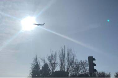 El avión da vueltas sobre Madrid porque debe deshacerse de todo su combustible