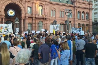 Los manifestantes, frente a la casa de gobierno