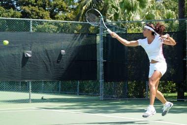 38) Distanciada de la raqueta desde su retiro en 1996, Sabatini aceptó jugar una exhibición en 2015, pero para ello se entrenó durante cuatro meses. Una imagen de esos ensayos, en Key Biscayne.