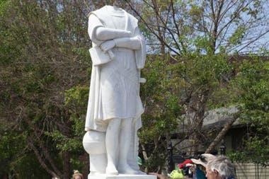 La estatua de Colón en Boston fue decapitada por manifestantes y luego removida por las autoridades.