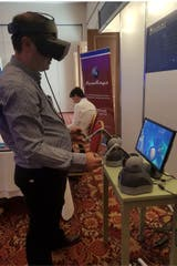 Rodolfo Giro probando un simulador de realidad virtual de neurocirugía