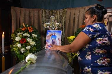 Un familiar despide al periodista asesinado en Veracruz