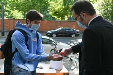 Las escuelas recomiendan la higienización frecuente de manos