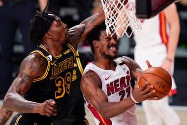 Jimmy Butler manibra ante Dwight Howard durante el quinto partido de Miami Heat y Los Angeles Lakers