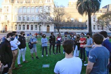 Alumnos volvieron a reunirse este lunes frente al Ministerio de Educación de la Nación para reclamar el regreso de las clases presenciales en todos los niveles