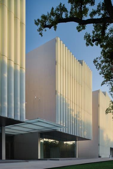 La entrada del edificio diseñado por Steven Holl
