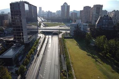 La pandemia obligó a distintas fases de confinamiento en Santiago y alrededores que dibujaron un panorama inusualmente solitario en calles y avenidas de la capital