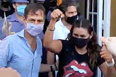 Luis Naidenoff junto a Celeste Ruiz Díaz, unas de las concejales detenidas por protestar