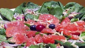 Ensalada bajas calorías de espinacas, nueces y pomelo rosado