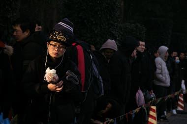 Trabajadores en la fila de una fábrica proveedora de Apple. En diciembre, un sueldo de un operario que ensamblaba un iPhone cobró 370 dólares, casi la mitad de lo que había ganado en los meses de más trabajo