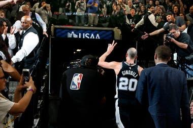Foto de archivo tomada el 22 de abril de 2018, Manu Ginóbili # 20 de los San Antonio Spurs abandona la cancha luego de una victoria contra los Golden State Warriors en el cuarto juego de la Ronda Uno de los playoffs de la NBA