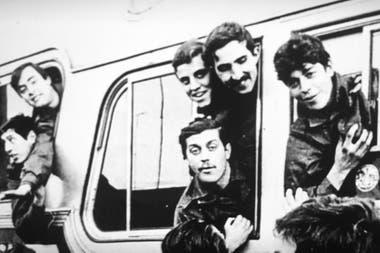 Otro de los recuerdos de 1982. En la foto, el de abajo, mirando de frente a la cámara: el día en que llegó a Malvinas.