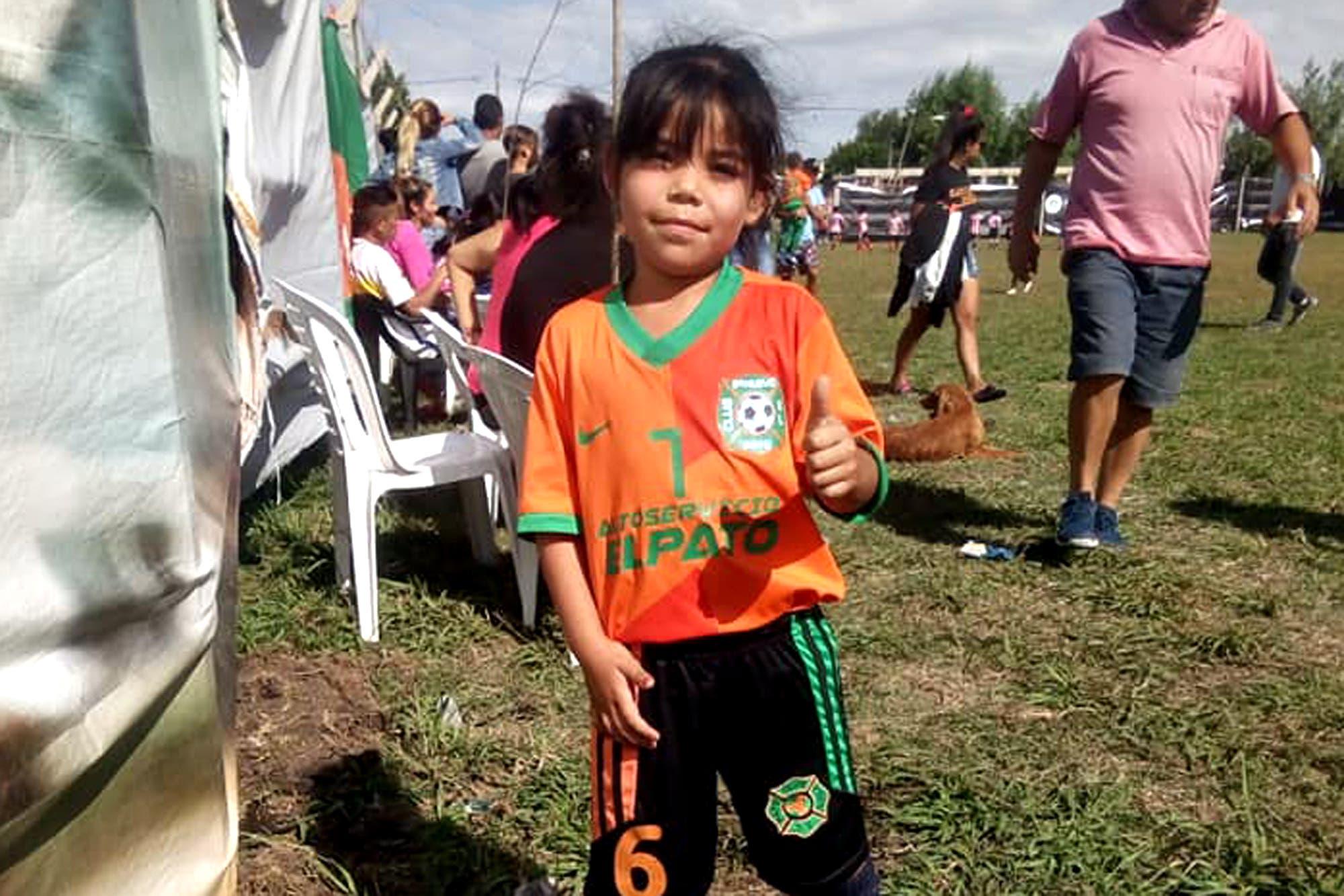 Zaira tiene siete años y lucha para que la dejen jugar al fútbol con los varones