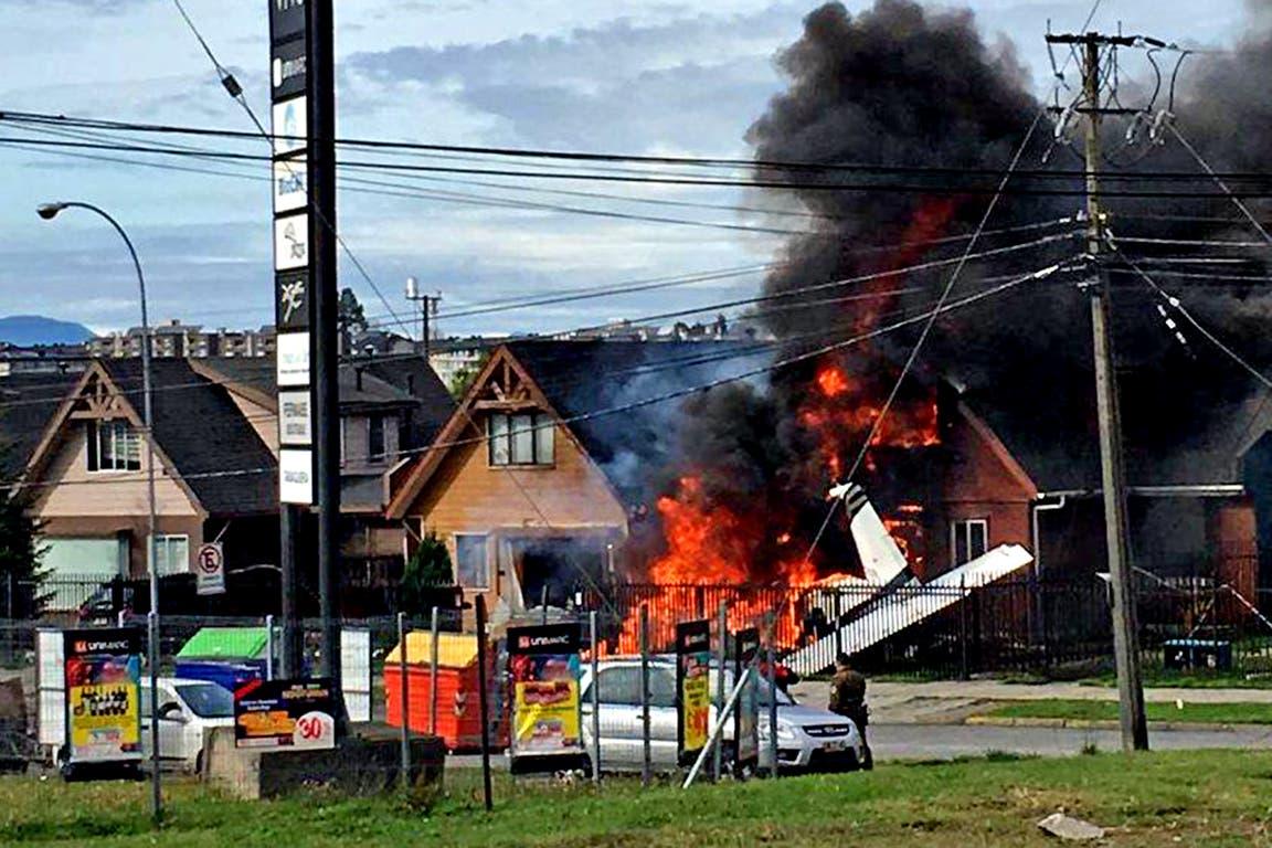 La aeronave se estrelló contra una casa