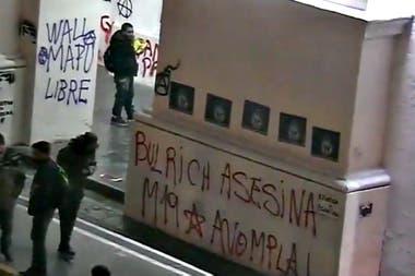 Pintadas en el Cabildo durante la marcha por Santiago Maldonado
