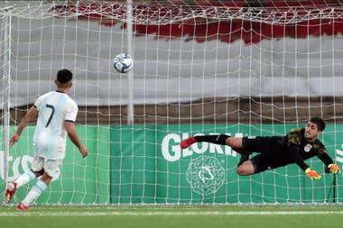 Valenzuela ejecuta de emboquillada y al medio del arco el penal del 2-0 frente a Uruguay.