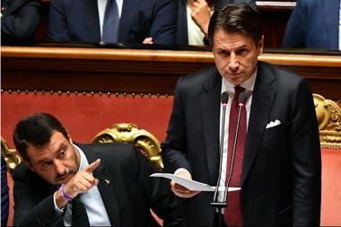 Salvini gesticula mientras Conte habla en el Senado