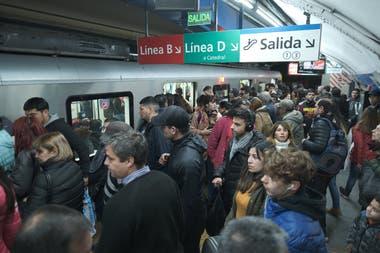 En hora pico, los pasajeros se amontonan en el andén de la línea C, uno de los extremos del nodo de conexión