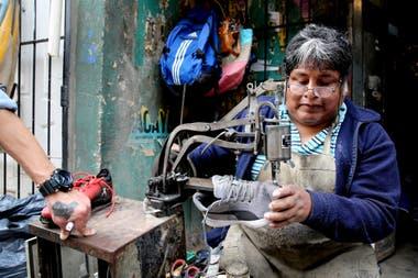 Norberto Vallejo cobra $50 el remiendo de zapatillas, pero tiene poco trabajo