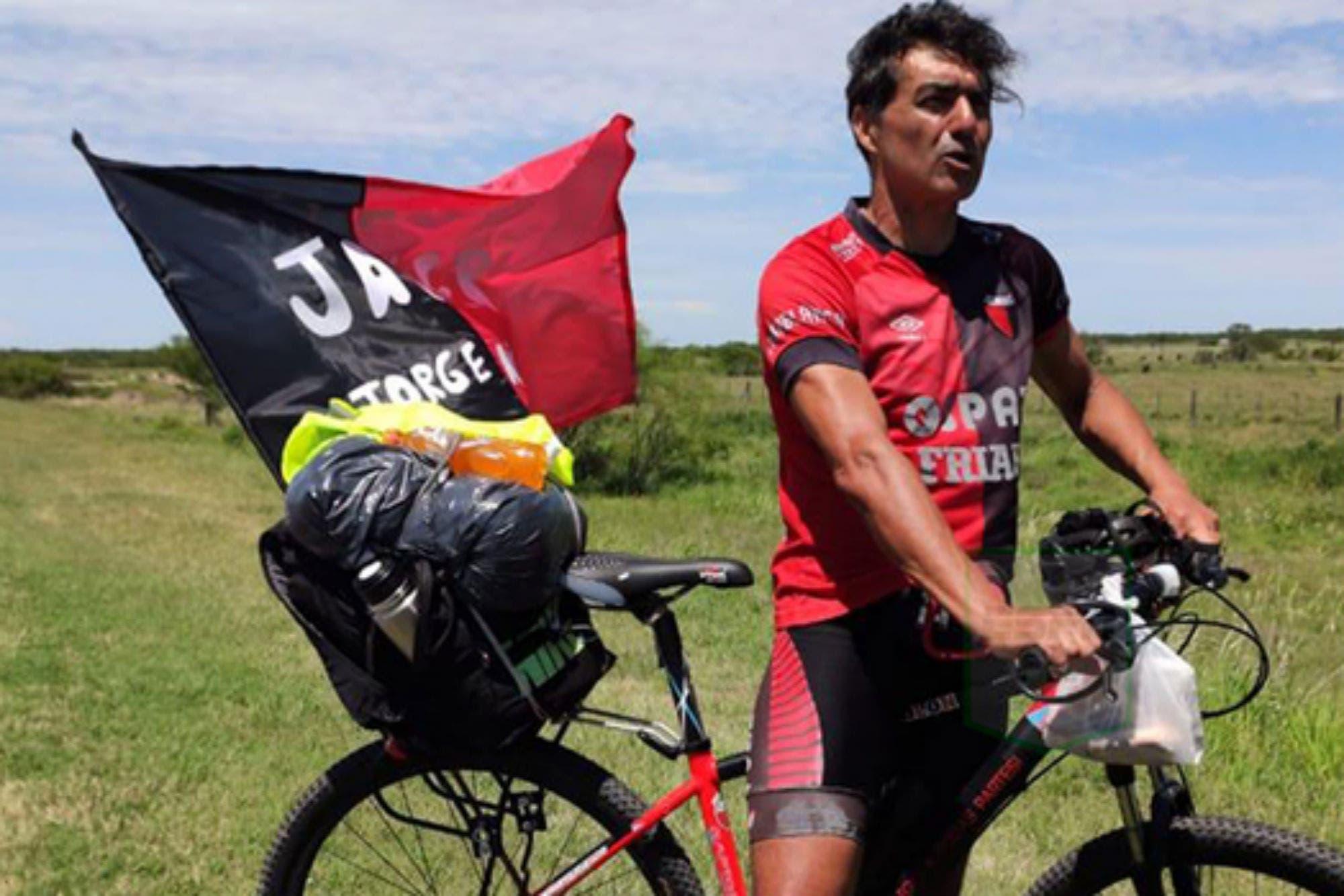 Pasión y locura: un hincha de Colón viaja en bicicleta desde Santa Fe hasta Asunción para ver la final