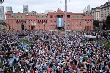 El público en la Plaza de Mayo para el acto de despedida de Mauricio Macri