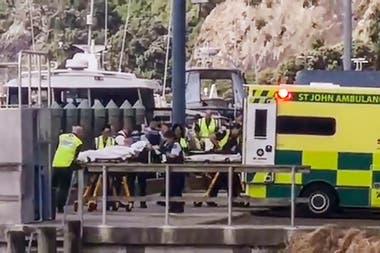 Varios médicos asisten a los heridos tras la erupción