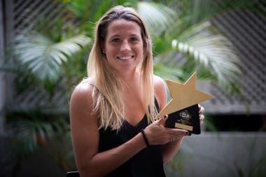 Delfina Merino, con el premio que recibió a principios de 2018 como Mejor Jugadora del Mundo FIH