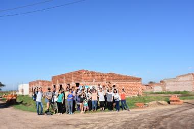 Mediante cooperación público privada, lograron construir casas accesibles con créditos para los migrantes