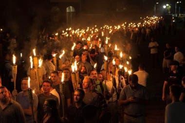 Supremacistas blancos desfilaron en Charlottesville en 2017, supuestamente contra la remoción de una estatua de Lee, aunque mostraron símbolos nazis y cantaron consignas contra los judíos.