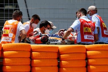 Márquez es retirado en camilla en el circuito de Jerez, en España, luego de su accidente. Ocurrió el último domingo