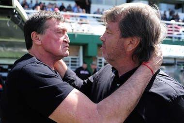 Saludo en el último campeonato con uno de los amigos que le dio el fútbol: Julio César Falcioni