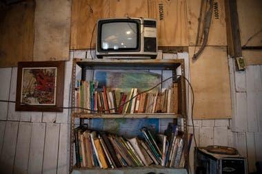 En precarias estanterías hay libros de filosofía, botánica, historia, de texto y ficción