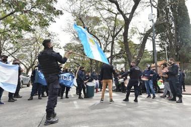 Los uniformados de la bonaerense llegaron esta mañana a Olivos, con banderas argentinas y bombos