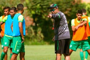 César Farías, entrenador venezolano de Bolivia, da indicaciones a sus dirigidos durante los encapsulamientos previos al comienzo de la eliminatoria sudamericana rumbo a Qatar 2022.