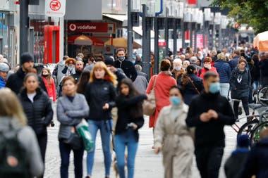 Algunas personas circulan sin barbijos en una zona comercial de Berlín, en Alemania