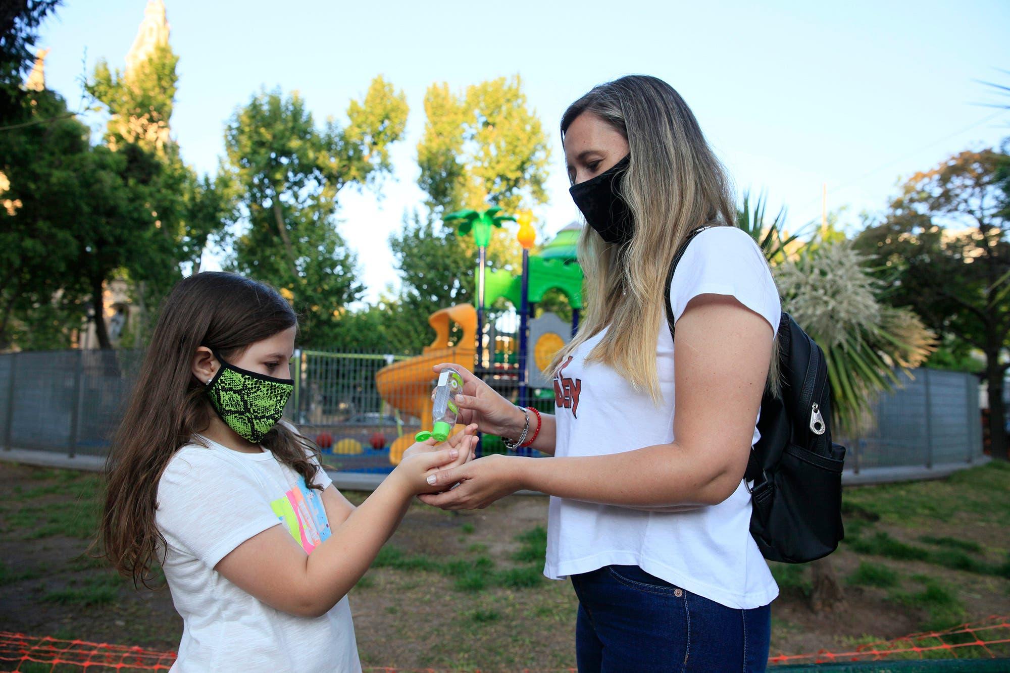 """Coronavirus en la Argentina: """"Olvidate de compartir, eso no va más"""", los desafíos de la crianza en la nueva normalidad"""