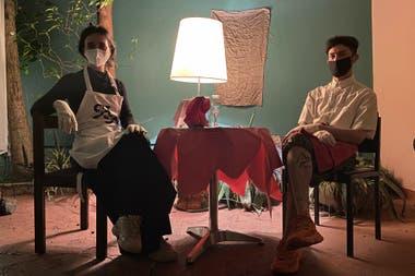 Hoco Huoc y la galerista Violeta Mancilla en su restoran arty