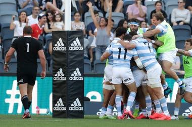 Todos los abrazos son para Nicolás Sánchez en el festejo del try de la Argentina contra los All Blacks