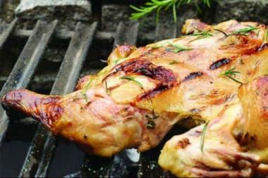 El consumo de carne aviar, con 50 kilos por habitante/año, que se logró en los últimos meses, alcanzó al de carne vacuna, que tuvo un retroceso