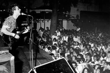 Gustavo Cerati con Soda Stereo, en una presentación en 1984