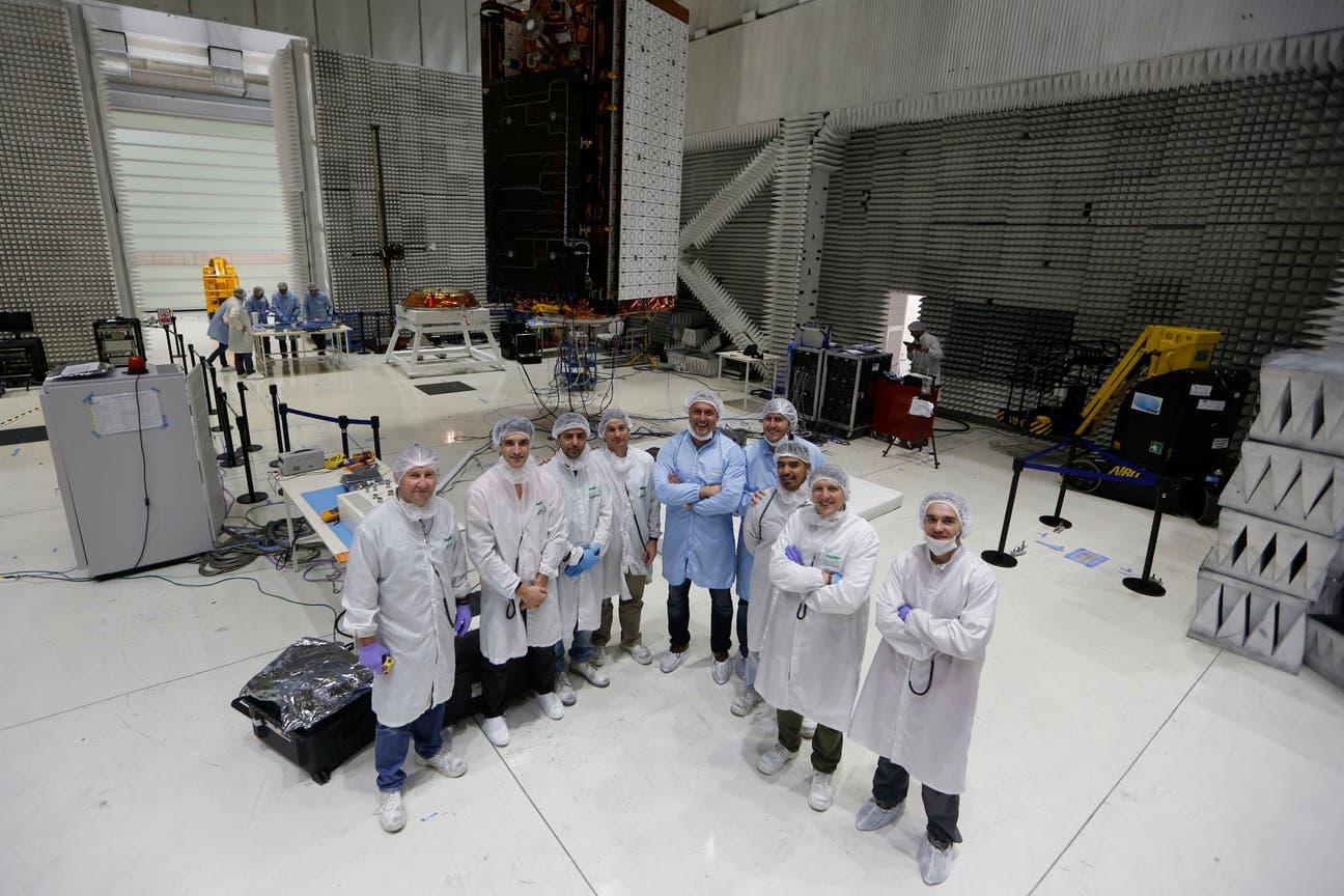 Parte del equipo que monitorea los tests del Saocom 1A