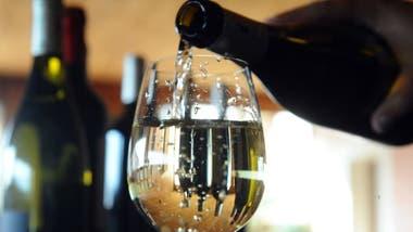 Una buena copa de vino blanco para combinar con rabas.