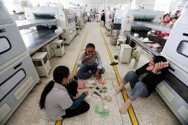 Las mujeres se sientan en el piso durante el almuerzo